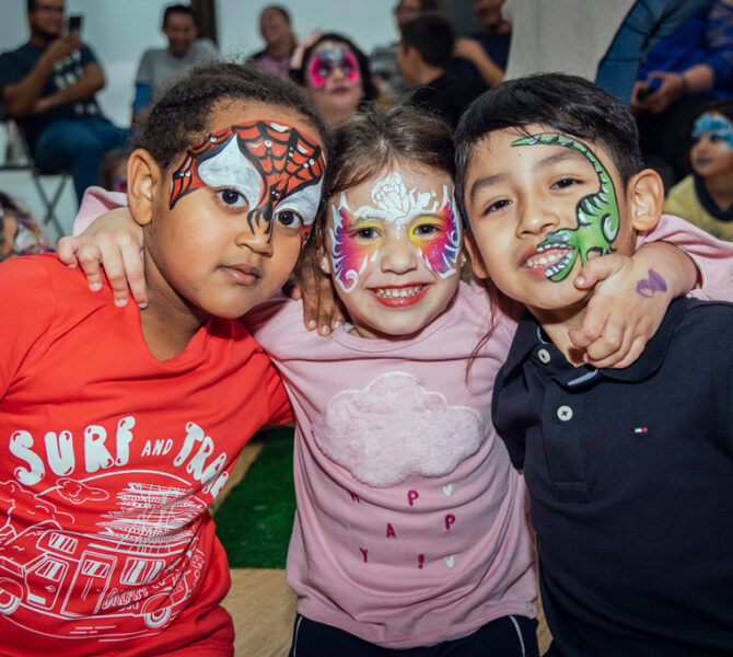 tres niños contentos maquillaje artístico